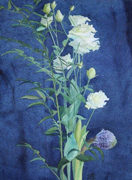 «Ажурность лизиантуса на темном кобальтовом фоне» художник Дарья Кириченко